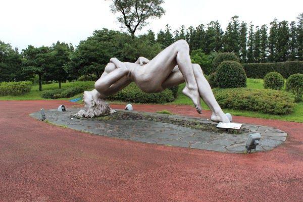 W koreańskim Parku Miłości Jeju znajdują się rzeźby obrazujące różne odsłony miłości. Wiele z nich ma charakter erotyczny, a część uznawana jest wręcz za wulgarne.