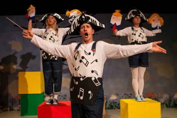 """- Uwielbiam grać w spektaklach dla dzieci! Dla nas, aktorów, to bardzo twórcze doświadczenie, które dodaje nam mnóstwa niesamowitej energii - mówi Krzysztof Kowalski. Na zdj. w spektaklu """"Tuwim dla dzieci""""."""