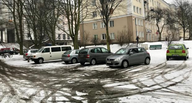 Na placu przy ul. bp Dominika nietrudno zauważyć zaparkowane na terenie zielonym samochody.