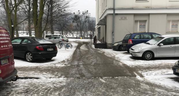 Strażnicy miejscy tłumaczą, że do wjazdu zachęca obniżony krawężnik. Przed laty wjeżdżały tędy auta do pobliskiego budynku.