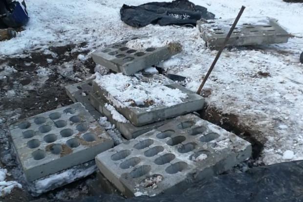 Skradzione z budowy betonowe płyty - złodziej chciał nimi wyłożyć swoje podwórko.