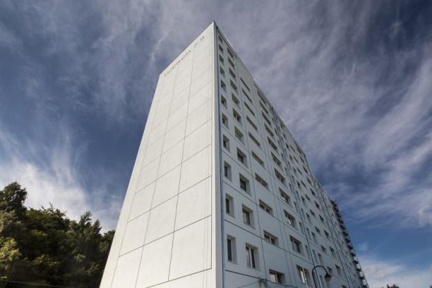 Na razie Gdynia chce zachęcać do zmian spółdzielnie i wspólnoty mieszkaniowe. Na zdjęciu pomalowany na biało blok przy ul. Lelewela, który zyskał nowy wygląd dzięki stowarzyszeniu Traffic Design.