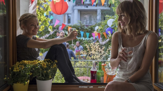 Mańka (Agnieszka Więdłocha), próbując uratować bankrutującą firmę, zatrudnia się u konkurencji. Szpiegowska misja otwiera przed kobietą zupełnie nowe znajomości i perspektywy. Wątek romansu wkrótce przebija się na pierwszy plan, a cała opowieść nabiera nieznośnej przewidywalności.
