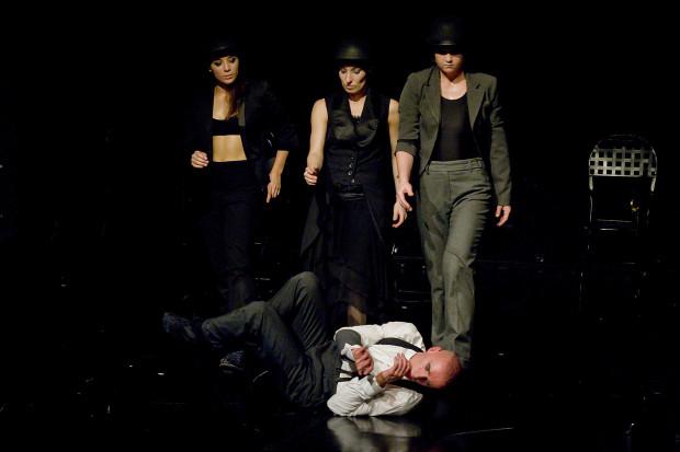 """Od wielu lat z Teatrem na Plaży (również funkcjonującym wcześniej pod szyldem Sopockiej Sceny OFF de BICZ) współpracuje Sopocki Teatr Tańca (na zdjęciu podczas spektaklu """"Puste ciało. Okazja do malutkiej rozpaczy)."""