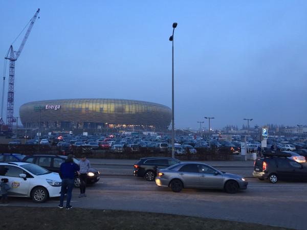 Nowy system parkowania ma się sprawdzić głównie podczas imprez masowych na stadionie. Na zdjęciu parking przed Stadionem Energa Gdańsk przed niedzielnym meczem Lechii z Legią Warszawa (1:3).