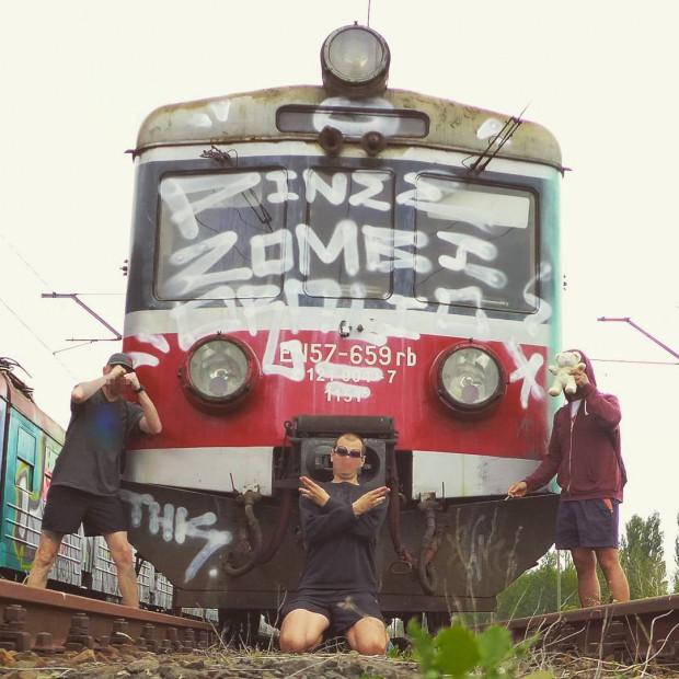Zdjęcie z instagramowego konta The Alien Face. Wśród postaci na zdjęciu prawdopodobnie jest także autor ostatniej dewastacji pociągu SKM.