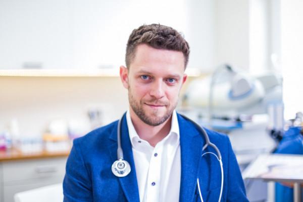 Lek. Paweł Jakubowski - specjalista chorób zakaźnych z ponad dziesięcioletnim doświadczeniem pracy klinicznej z chorymi zakażonymi HIV, chorującymi na wirusowe zapalenia wątroby, neuroinfekcje, zakażenia odkleszczowe i inne choroby zakaźne.
