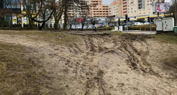 Rozjeżdżony i zaniedbany zieleniec przy skrzyżowaniu ulic Redłowskiej i al. Zwycięstwa ma zostać w najbliższych tygodniach uporządkowany.