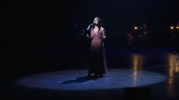 """Młodzi absolwenci śpiewali czasem ze wsparciem efektownej choreografii, czasem mierząc się z utworem tylko z towarzyszeniem muzyków i chóru (jak Joanna Pasternak podczas """"I`m Here"""", na zdjęciu)."""