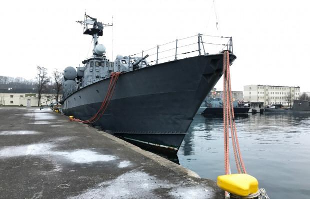 """ORP """"Metalowiec"""" po wycofaniu ze służby w grudniu 2013 r. do dziś cumuje przy nabrzeżu Portu Wojennego Gdynia."""