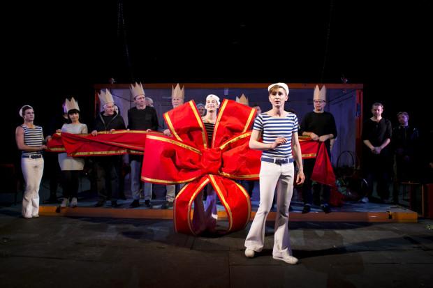 """""""Urodziny, czyli ceremonie żałobne w czas radosnego święta"""" powstały z okazji 70-lecia Teatru Wybrzeże i 50-lecia jego głównego gmachu na Targu Węglowym."""