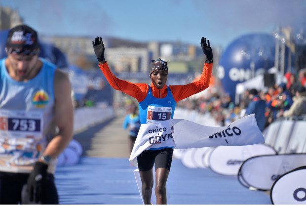 28-letnia Kenijka Christine Moraa Oigo wbiega na metę.