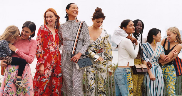 W wiosennych trendach dominują kwieciste sukienki, torebki w kształcie nerki i białe garnitury. Zdjęcie: Diane von Furstenberg, kolekcja na wiosnę 2018.