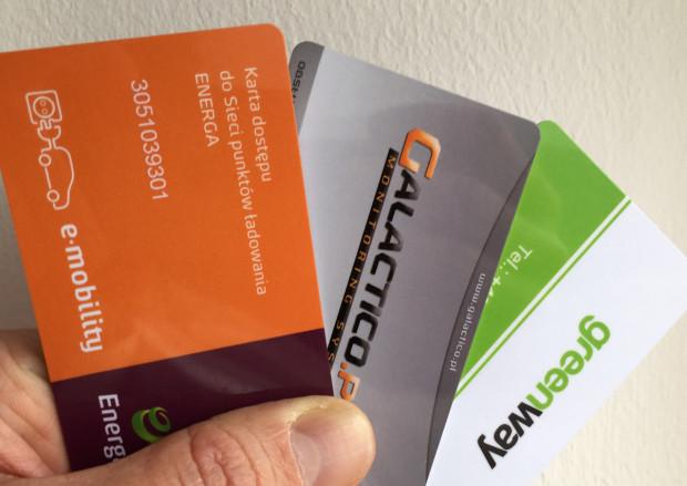 Trzy różne karty dostępu do trójmiejskich ładowarek. Obecnie wyrobienie każdej z nich jest bezpłatne i dostępne przez internet.