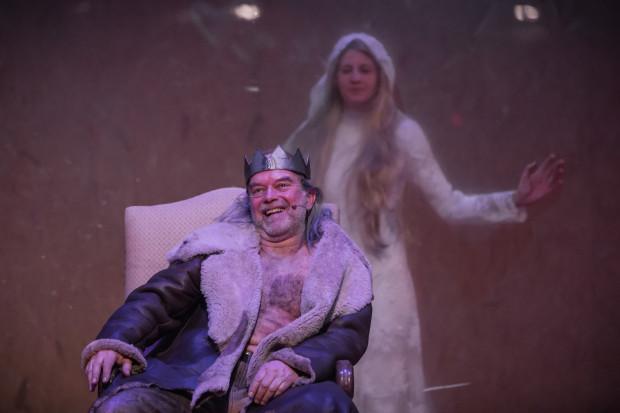 Jagiełło grany przez Krzysztofa Matuszewskiego okazuje się obleśnym, prymitywnym chamem, który związek z Jadwigą traktuje jako bonus do polskiej korony.