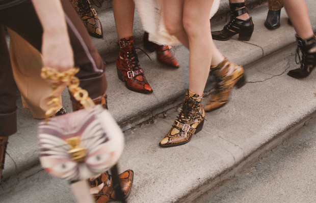 Trendy na wiosnę przezroczyste buty, tiulowe sukienki i