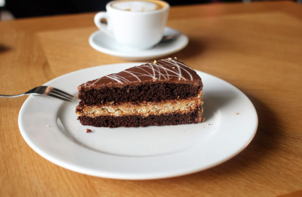 Ciasto orzechowe z kajmakiem.