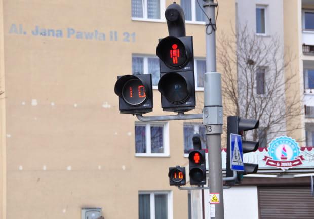 Sekundniki zainstalowane na przejściu dla pieszych przy szpitalu na Zaspie.