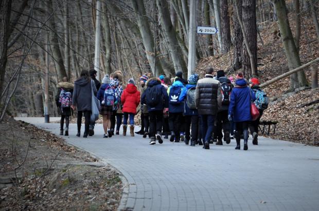 Koncert zamiast wagarów? Takiego właśnie wyboru dokonali widoczni na zdjęciu nauczyciele i uczniowie, udając się w pierwszy dzień wiosny w ramach zajęć lekcyjnych do Opery Leśnej.