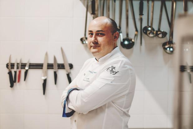 Jacek Fedde, współwłaściciel i szef kuchni w Fedde Bistro w Gdyni, docenia tradycję związaną ze świętami wielkanocnymi i stara się zachować umiar w ilości przygotowywanego jedzenia.