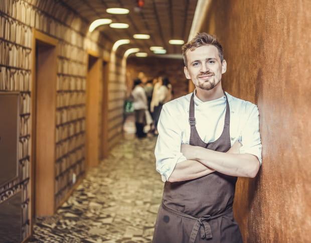 Marcin Popielarz, szef kuchni w restauracji Biały Królik w Gdyni, stara się zaskakiwać, także podczas świąt, stosując kilka nieoczywistych połączeń, np.: żurek rybny serwowany z pierogami z kaszą gryczaną,przepiórczym jajkiem i solonym łososiem.