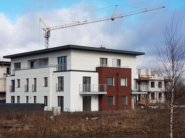Inwestycja składa się z siedmiu zaledwie trzykondygnacyjnych budynków o przyjaznej architekturze.