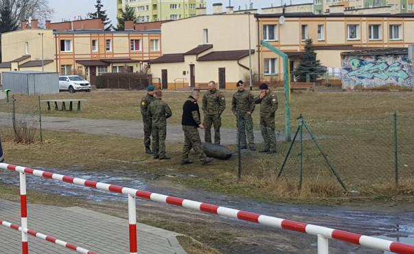 Bomba została tymczasowo zdeponowana na boisku przy ul. Pastoriusza na Przeróbce. Zdjęcie nadesłane przez naszą czytelniczkę.