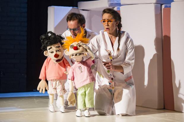 """Główne role w spektaklu """"Bakteriusz i Próchniak"""" grają lalki -  muppety. Animowane przez aktorów w planie żywym (bez zasłon) podbijają serca młodych widzów."""