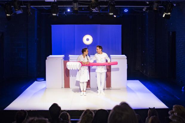 Dentystyczny w swoim wydźwięku spektakl Teatru Komedii Valldal informuje najmłodszych o konsekwencjach zaniedbywania mycia zębów. Jednak uroda i wdzięk lalkowych bohaterów-bakterii silnie konkurują z dydaktycznym przekazem przedstawienia.