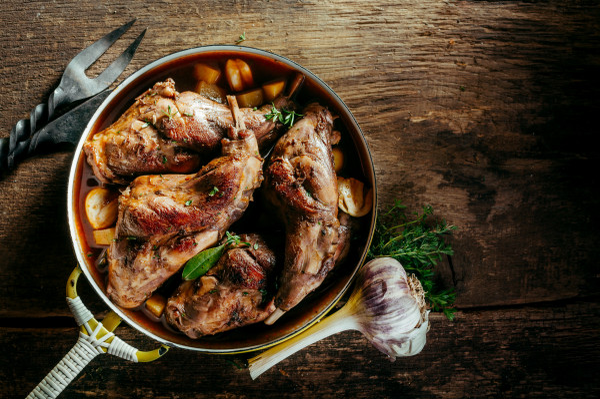 Królik powrócił na nasze stoły przede wszystkim dlatego, że jest smaczny i bardzo zdrowy. Podpowiadamy, w których trójmiejskich restauracjach go znajdziemy oraz jak, w prosty sposób, przygotować go samodzielnie.
