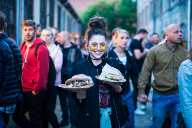 Nocne markety to najnowszy gastrotrend w Trójmieście. Uliczne jedzenie w nietypowych miejscach, z imprezą w tle zjemy na Podwórku, Ulicy Elektryków czy w 100czni.