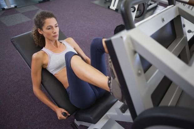Dobór odpowiednich ćwiczeń, przemyślany plan treningowy i właściwa regeneracja mają kluczowe znaczenie w treningu mięśni nóg i pośladków.