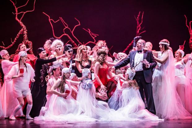 """W gdańskim """"Orfeuszu w piekle"""" znajdziemy operetkowy przepych i odrobinę szaleństwa, choćby podczas sceny balu w piekle (na zdjęciu)."""