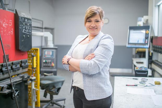 Zdarzyło mi się też parokrotnie stawać za maszyną, aby wiedzieć, o co w tym chodzi, jakie są jej możliwości i ile tak naprawdę czasu zajmuje dana produkcja - mówi Ewa Szyińska.