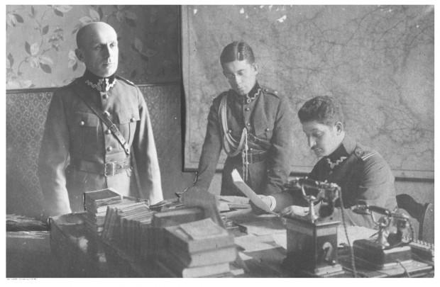 Grupa oficerów, podoficerów i szeregowych Wojska Polskiego, która po ratyfikacji Traktatu Wersalskiego zajęła gmach Dyrekcji Kolei w Gdańsku w styczniu 1920 r. Widoczni: major Haraszkin (siedzi), podporucznik Brzozowski (stoi w środku), porucznik Dębowski (z lewej). Na biurku stoją telefony na korbę.