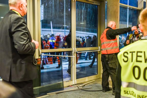 Próba przedarcia się kibiców pod szatnię piłkarzy Arki Gdynia zakończyła się rozbitymi drzwiami oraz interwencją służb ochrony i policji.
