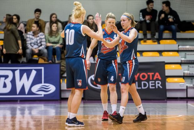 Koszykarki Politechniki Gdańskiej pewnie awansowały do finału I ligi. W sobotę Martyna Pyka (z prawej) i jej koleżanki rozpoczną rywalizację do dwóch wygranych z zespołem z Pruszkowa.