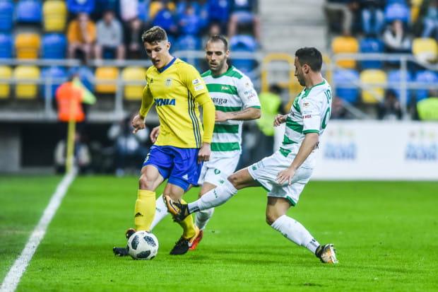 Damian Zbozień podczas derbów w Gdyni w pojedynku z Flavio Paixao i Joao Oliveirą.