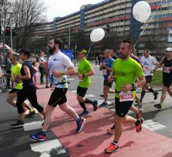 Zbigniew Jakubek (pierwszy z prawej w zielonej koszulce) regularnie pełni rolę pacemakera w trójmiejskich maratonach. Zaczynał od rekreacyjnego biegania na dystansie kilku kilometrów.