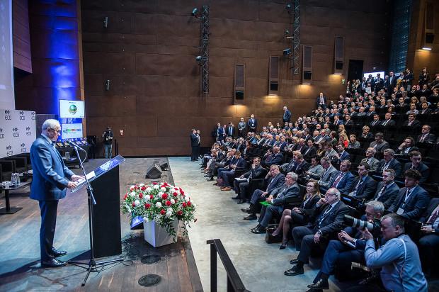 - Włączenie energetyki jądrowej jest ważne ze względu na bezpieczeństwo energetyczne kraju. Jeden blok energetyczny 1000 MW potrzebuje od 170 do 200 wagonów węgla na dobę. Elektrownia jądrowa potrzebuje tylko czterech ciężarówek paliwa na rok, a pierwsze odpady wywozi się jednym wagonem po 20 latach eksploatacji - stwierdził minister energii Krzysztof Tchórzewski.