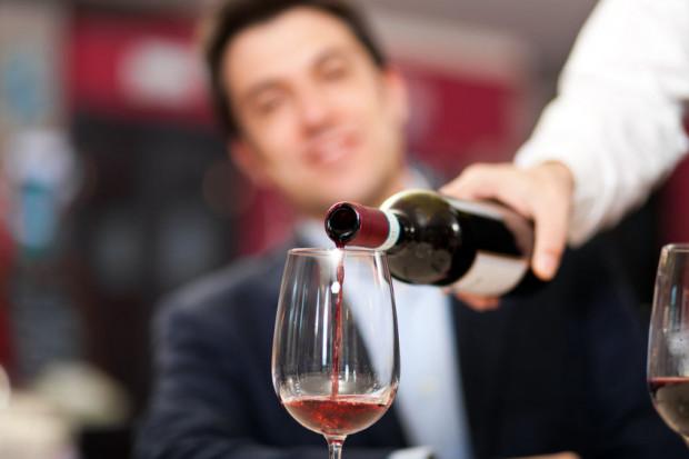 Najłatwiej zarobić więcej podczas serwowania alkoholu. Sposobów jest kilka.