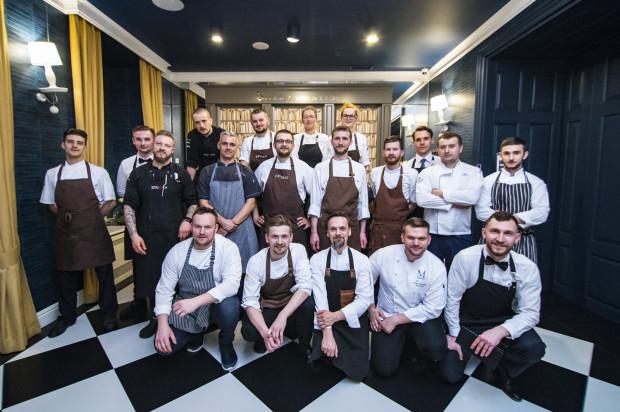 """Ostatnia kolacja drugiej edycji cyklu """"Cztery razy smaczniej"""" odbyła się w restauracji Biały Królik. Na zdjęciu zespół odpowiedzialny za przygotowanie uczty smaków."""