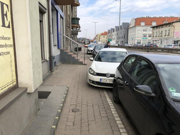Źle parkujący kierowcy nie tylko łamią prawo, ale też są utrudnieniem dla pieszych oraz zagrożeniem dla rowerzystów. Al. Grunwaldzka przed skrzyżowaniem z ul. Kaprów.