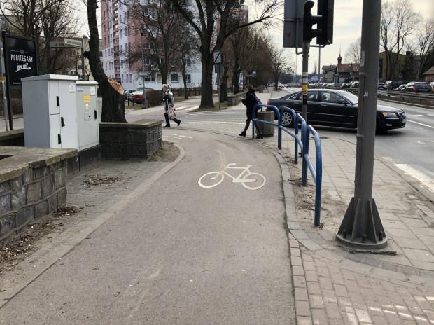 Ciasnota, bardzo ostre zakręty, ograniczona widoczność, niewygoda i bariery. Droga rowerowa na skrzyżowaniu ul. Bitwy Oliwskiej z al. Grunwaldzką.