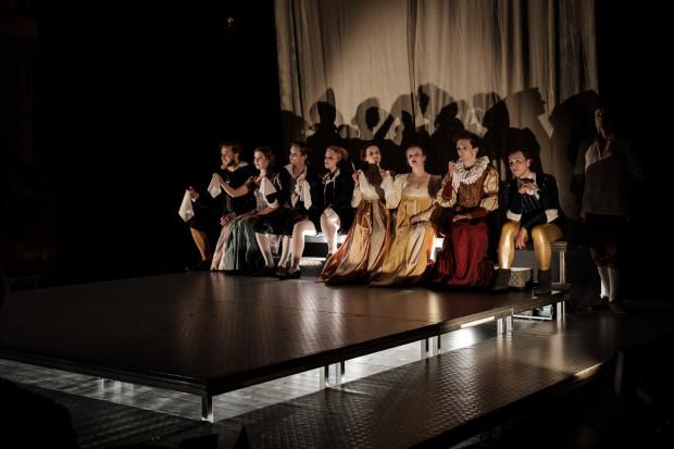 """Na 454. Urodziny Williama Szekspira zaproszono kameralne """"Poskromienie złośnicy"""" białostockiego Teatru Papahema, które w stylu elżbietańskim, z nawiązującym do tej epoki kostiumami zagrano na proscenium Teatru Szekspirowskiego."""