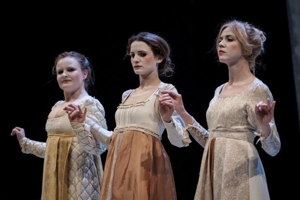 Kreacja zbiorowa Katarzyny (od prawej: Paulina Moś, Katarzyna Pietruska i Helena Radzikowska) to ciekawy, ale niewykorzystany wątek w spektaklu, cierpiącym na brak reżysera.