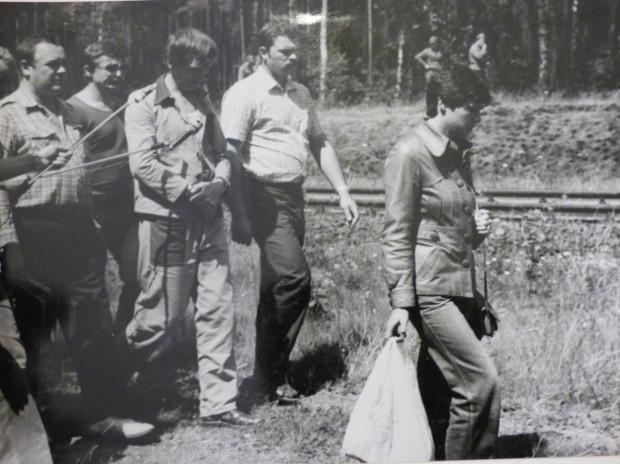 Materiały fotograficzne milicji wykonane podczas wizji lokalnych, podczas których Paweł Tuchlin demonstrował, w jaki sposób atakował i mordował swoje kolejne ofiary.