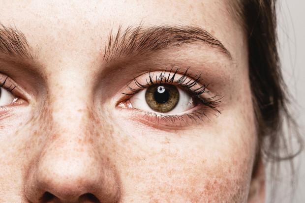 Przesiadywanie przed ekranem monitora wymaga napinania mięśni dookoła oczu, a to przyczynia się do powstawania kurzych łapek.