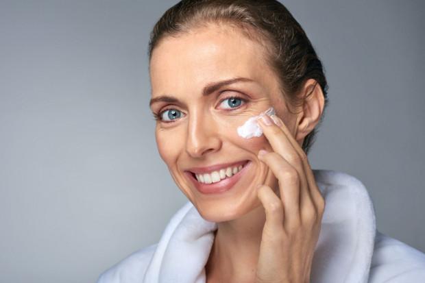 Badania dowodzą, że u wielu kobiet więcej zmarszczek i przebarwień powstaje po lewej stronie twarzy. Powód? Prowadzenie samochodu. Lewa strona twarzy jest bardziej nastawiona na działanie promieni UV, czego skutkiem jest jej wcześniejsze starzenie.