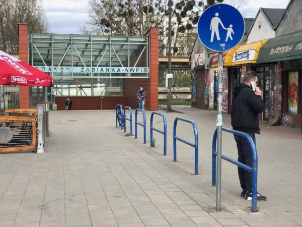 Połączenie, czy przeszkoda? Brak dopuszczenia ruchu rowerów na chodniku, barierki z demobilu na środku przejścia jako substytut parkingu, brak zadaszenia, za mała winda, niewygodne listwy jako proteza prowadnic rowerowych.